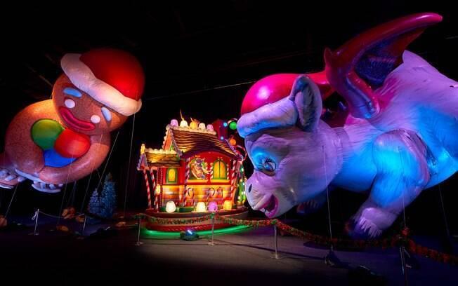 Balões gigantes ispirados nas figuras do Natal em em personagens famosos como os Minions, o Biscoito de Gengibre e os pinguins de Madagascar