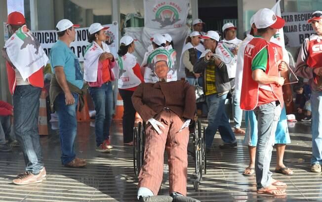 Integrantes da Federação dos Trabalhadores na Agricultura Familiar invadiram o prédio em protesto por melhorias para o meio rural