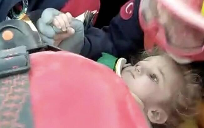 Imagens de televisão mostraram a menina, Elif, sendo retirada dos escombros e carregada por equipes de resgate