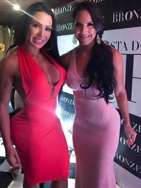 Gracyanne Barbosa e Alane Pereira posando juntas no lançamento de uma revista