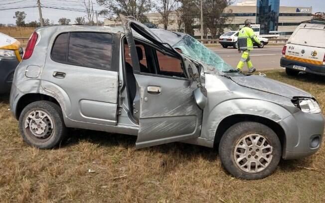 Carro capota na Santos Dumont, em Indaiatuba, e motorista fica ferida