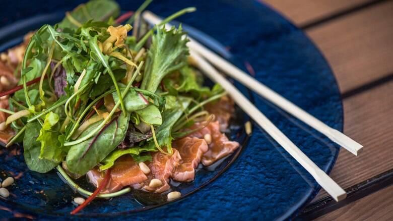 Salada de peixe, lula e camarão