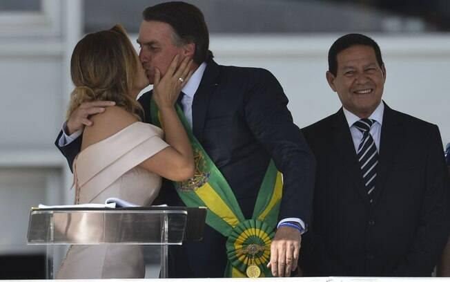 Michelle Bolsonaro e o presidente recém-empossado trocaram beijos no parlatório do Planalto