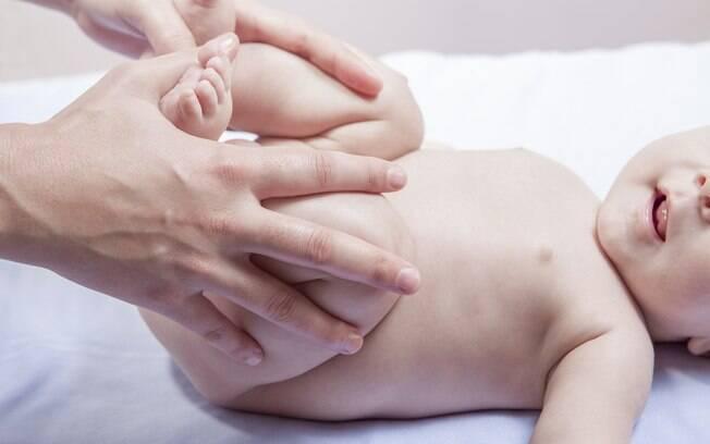 Fazer massagens e exercitar as pernas da criança é uma das formas de amenizar as dores causadas pelas cólicas no bebê