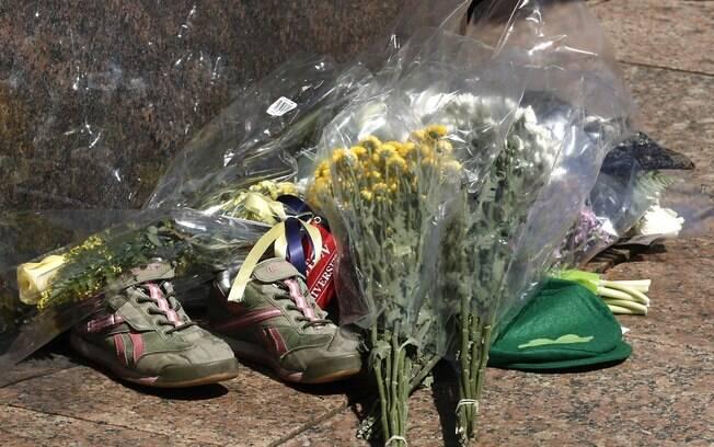 Memorial improvisado com par de tênis de corrida é visto em campus de Universidade de Boston após identificação de estudante como um dos mortos em ataque de segunda (17/04). Foto: AP