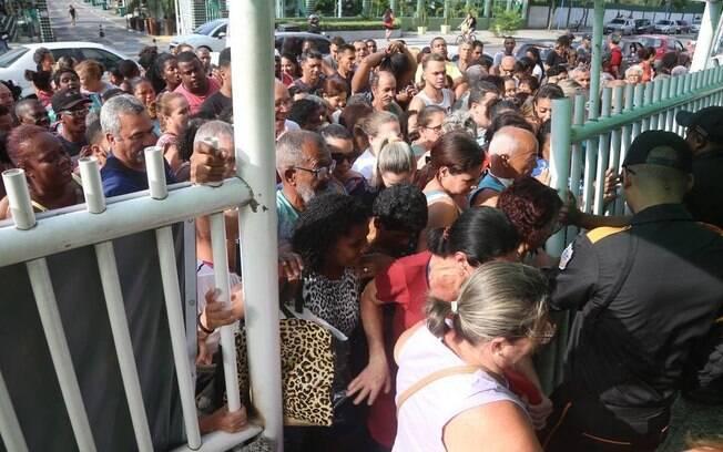 Tumulto na entrada no Guanabara no início da promoção de aniversário da varejista carioca