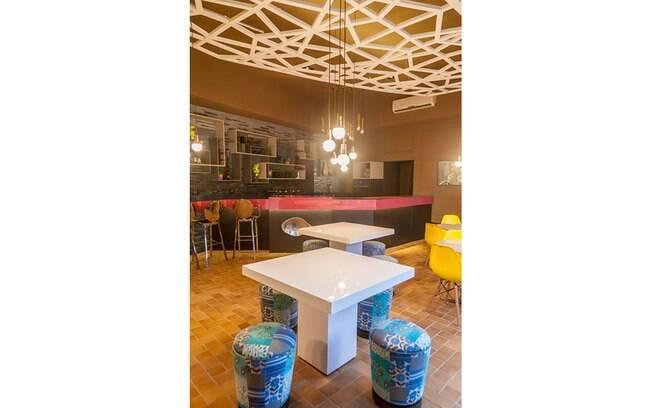 Gerson Dutra de Sá e Ana Lucia Salama apostaram em um teto rebaixado com formato geométrico. O detalhe foi desenvolvido com gesso