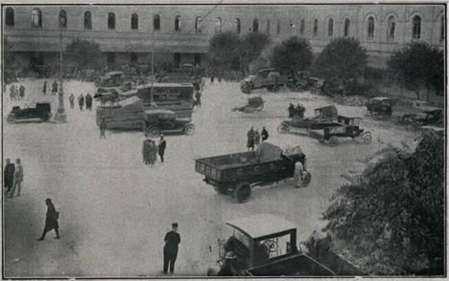 Interior do Quartel da Luz (ROTA), depois da vitória das tropas legais, vendo-se 2 carros blindados, que os rebeldes fizeram, mas não saíram do Quartel