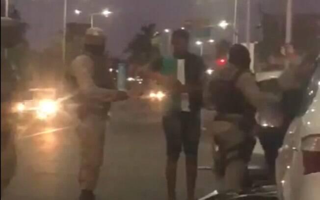 Imagens gravadas por uma testemunha mostram a sequência de agressões por parte do policial