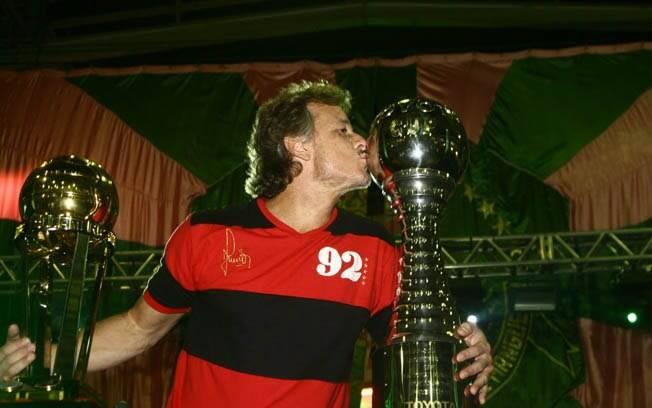 Marcelo Novaes beija troféus do Flamengo em comemoração