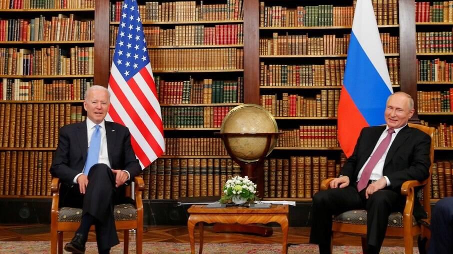 O presidente dos Estados Unidos, Joe Biden, e o presidente da Rússia, Vladimir Putin, posam para foto antes da reunião em Genebra, na Suíça, em 16 de junho de 2021
