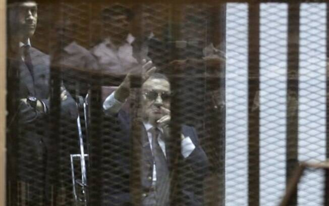 Hosni Mubarak durante julgamento neste sábado (9 mai); ex-ditador foi condenado por corrupção, mas pode recorrer