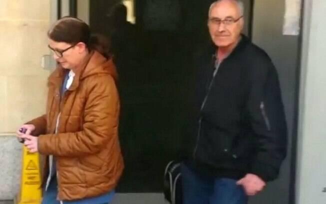 Julie Tovey, de 58 anos, teria esfaqueado Christopher Cross, de 70 anos, e dado alguns chutes no cachorro