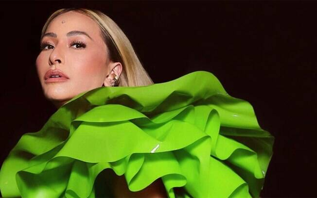Sabrina Sato usa vestido de látex verde