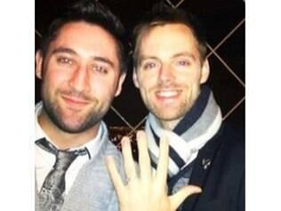 James foi pedido em casamento pelo noivo na Torre Eiffel, com um anel da Tiffany