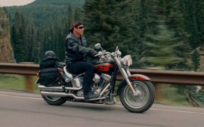 """John Travolta pilota uma Harley-Davidson Fat Boy em """"Motoqueiros Selvagens"""""""