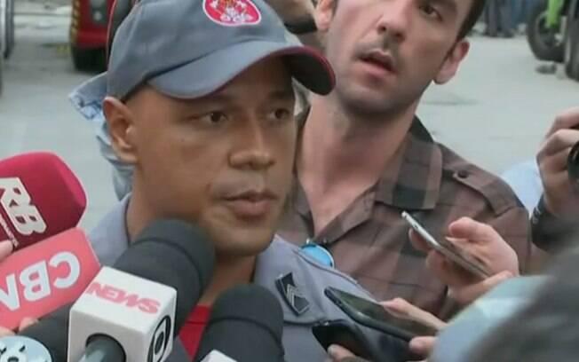 Sargento Diego fala aos jornalistas sobre a tentativa de resgate de vítima que estava pendurada no prédio que desabou