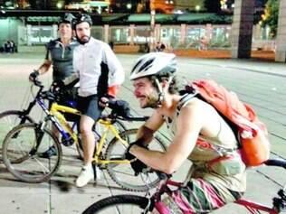 Membros do Bicicletinha levaram nas mochilas as  doações