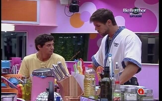 Na companhia de Fael, Jonas felicita João Caravalho