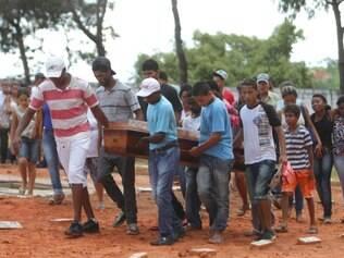 Corpo do adolescente e do tio são enterrados no cemitério da Cachoeira em Betim na Grande BH