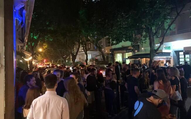 Bar no Leblon ficou lotado após reabertura do comércio