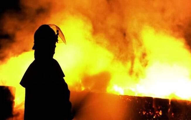 Testemunhas dizem que os pais deixaram as crianças sozinhas em casa por alguns instantes, antes de serem surpreendidos pelas chamas