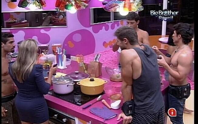 Brothers se reunem na cozinha para comer sopa