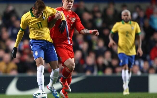 Neymar tenta carregar a bola em ataque  brasileiro durante jogo contra a Rússia