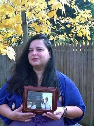 Audrey com a foto dos quatro filhos: deixar de bater foi processo de autoconhecimento