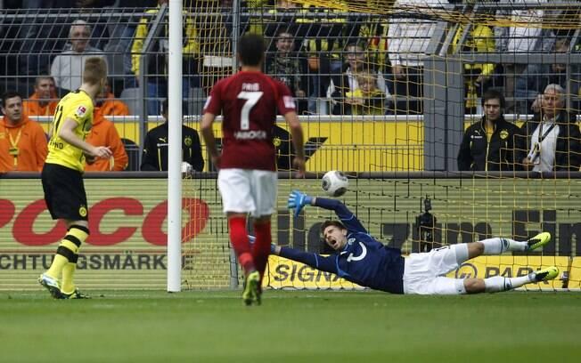 De pênalti, Reus marca para o Borussia Dortmund diante do Hannover
