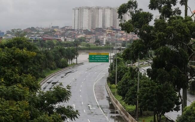 Dezenas de pontos de alagamentos se formaram devido a chuvas que atingiram a capital paulista