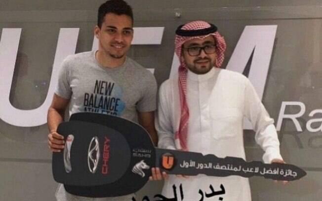 O brasileiro Carlos Eduardo, do Al-Hilal, foi eleito o melhor jogador da Arábia Saudita e foi premiado com carro