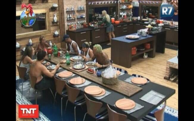 Participantes almoçam juntos, com exceção de Monique