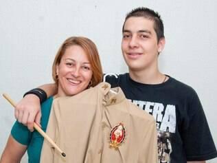 João Victor, hoje baterista e estudante universitário, abraça a mãe, que segura seu antigo uniforme da ordem religiosa