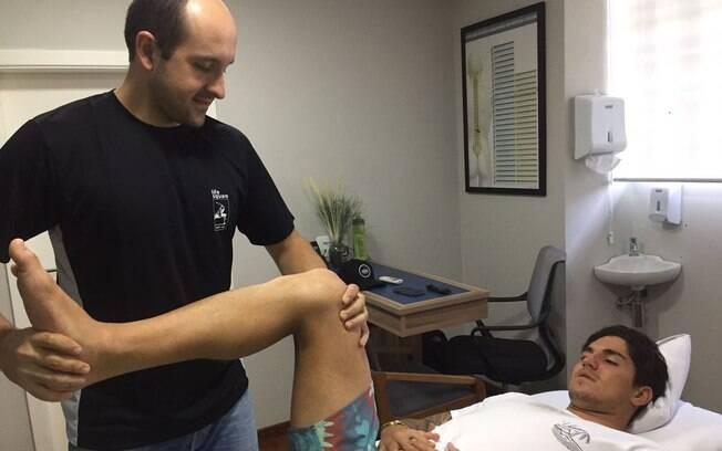Gabriel Medina está em São Paulo tratando de uma lesão no ligamento do joelho