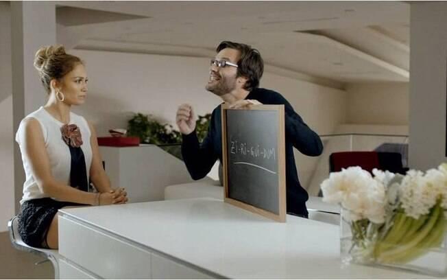 Prestes a desembarcar no Brasil, Jennifer Lopez teve aulas de português comn o produtor Alex Menck para gravar o comercial de uma marca de cerveja brasileira