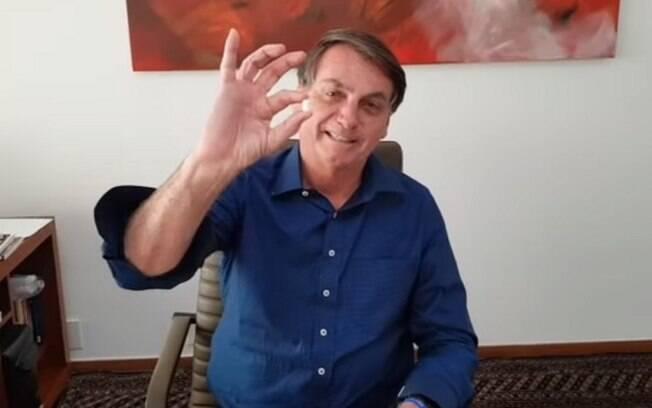 Presidente Jair Bolsonaro mostra comprimido de hidroxicloroquina em vídeo