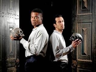 Elenco: o nigeriano Ladi Emeruwa (esq.) e o inglês de origem paquistanesa Naeem Hayat se alternam no papel de Hamlet