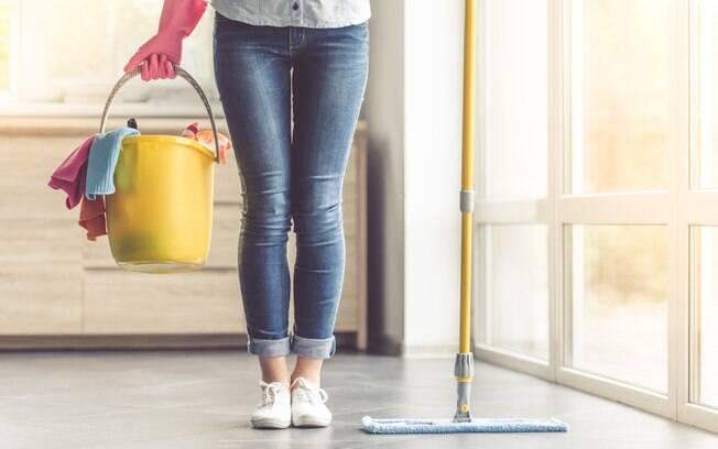 Limpar a casa é essencial para manter a sujeira bem longe, mas nem sempre o morador tem tempo para uma limpeza pesada