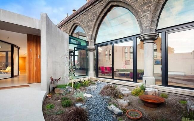 A propriedade usa e abusa do contraste entre arquitetura moderna e um estilo de séculos atrás
