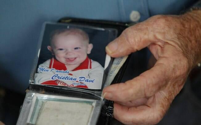Orgulhoso, ele mostra a foto do neto Cristian Davi: 'Estou devendo uma visita pra ele'