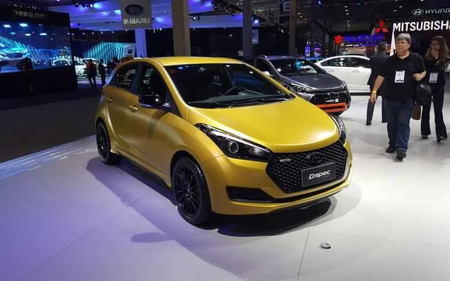 Parece o Hyundai HB20 R spec, mas é o D spec, com pintura dourada e mais alguns detalhes que dão um ar esportivo.