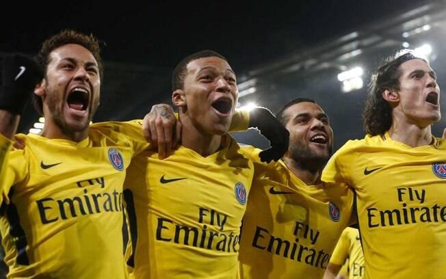 Festa de Neymar com os companheiros do PSG na goleada sobre o Rennes neste sábado pelo Campeonato Francês