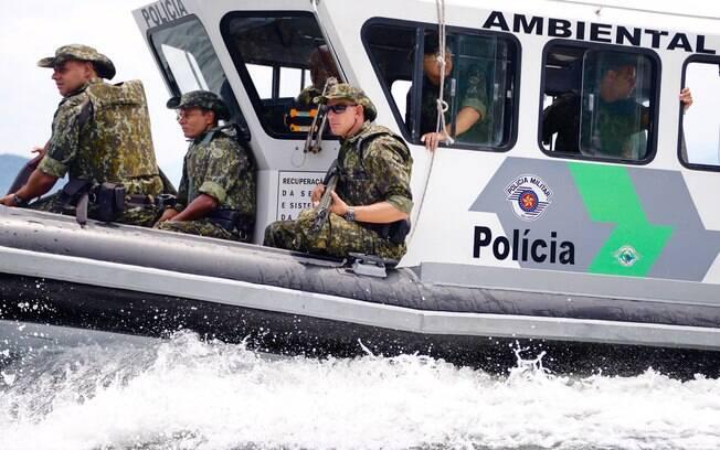 Policia Militar Ambiental em patrulhamento aquático. Note o novo fardamento verde com camuflagem digital para selva
