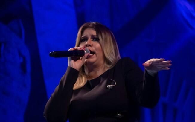 mulher em microfone
