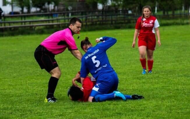 Jogadora Silvija Sekacic agride a adversária Adnu Ljubanovic em jogo do Campeonato Bósnio feminino