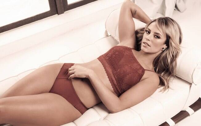 Paolla Oliveira brilha em campanha de lingerie. Atriz aparece sensual de calcinha e sutiã