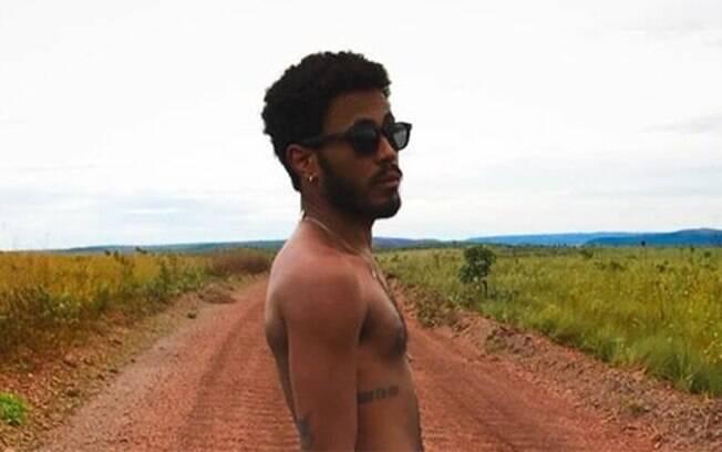 Ícaro Silva posta nude para comemorar vitória de Thelma
