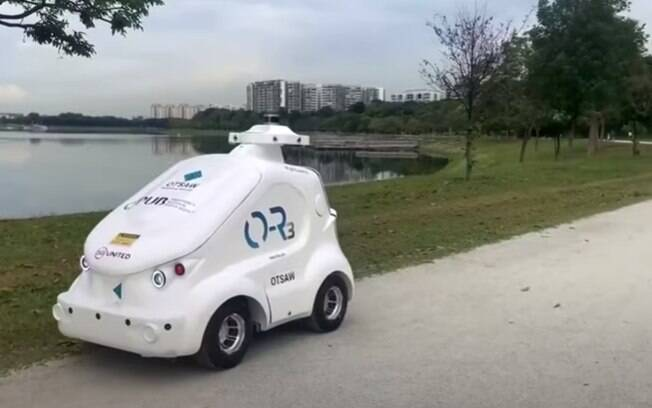 Robô patrulha parque em Singapura