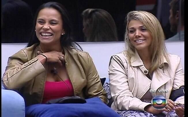 Fabiana e Kelly riem das provocações de Bial sobre as compras da semana
